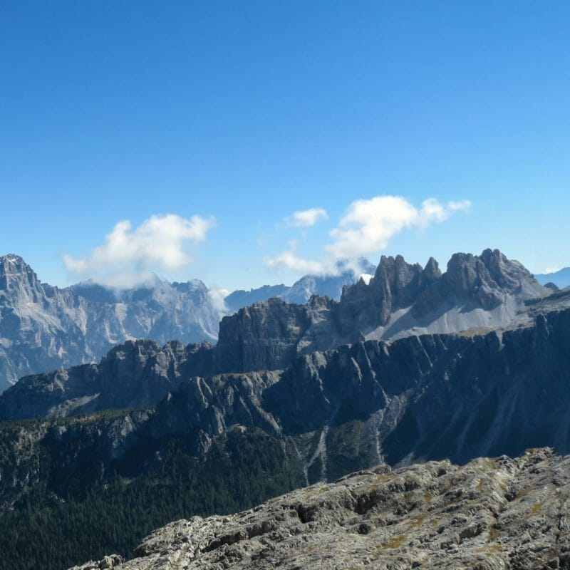"""Un'ulteriore panoramica dal Rifugio Nuvolau, questa volta però in direzione della Croda da Lago (centrale). Agli """"estremi"""" della foto possiamo riconoscere, di nuovo, il Gruppo del Sorapiss (sinistra) e il Monte Formin (destra)."""