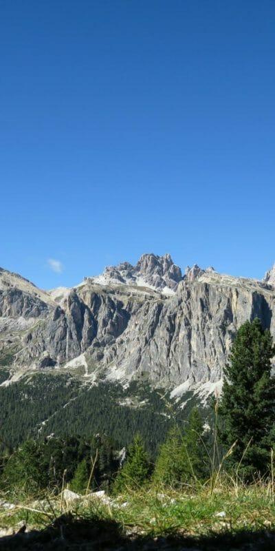 Dalle trincee delle Cinque Torri, il panorama si apre sui massicci gruppi del Lagazuoi (centrale) e di Fanes (destra).