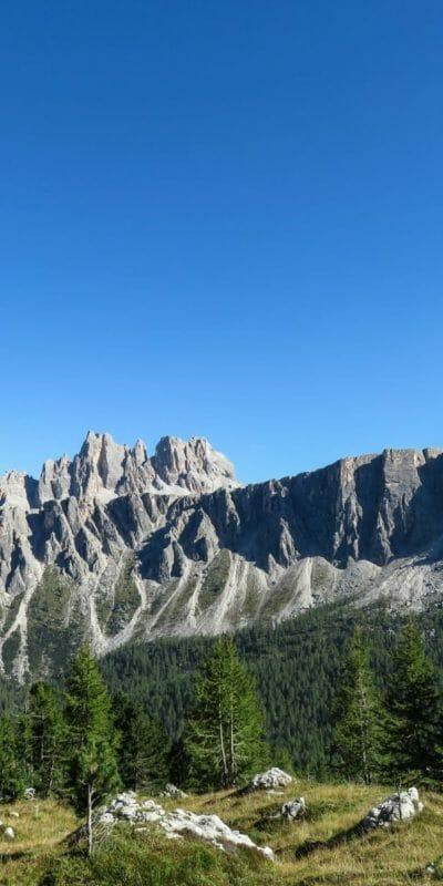 Un ultimo sguardo sul bellissimo gruppo della Croda da Lago e sul Monte Formin.