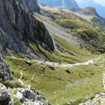 Il sentiero 452 che ci stiamo lasciando alle spalle man mano che saliamo per il Rifugio Averau.