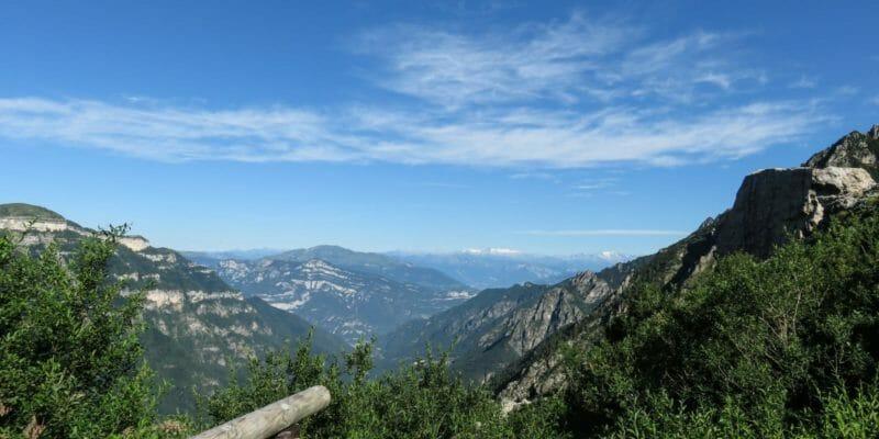 Dal Rifugio Passo Pertica, la veduta del Gruppo dell'Adamello.