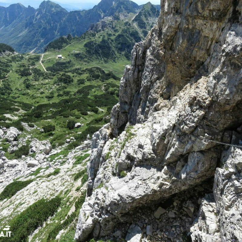 Piccolo salto roccioso esposto.