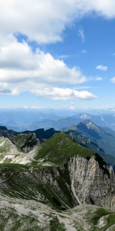 Il fantastico ed immenso panorama che abbiamo quando raggiungiamo la Cima Carega.