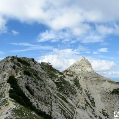 Alle nostre spalle, il Rifugio Fraccaroli e la Cima Carega.