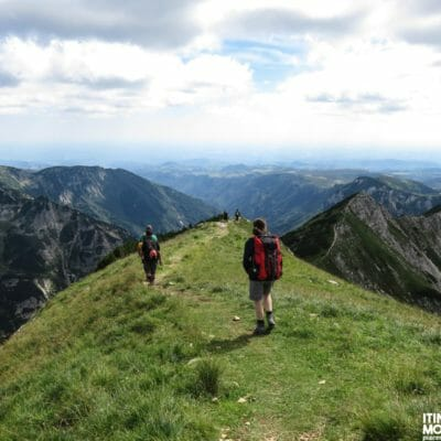 ll sentiero 108 continua lungo diverse creste panoramiche caratterizzate da lievi sali/scendi.