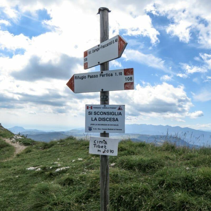 Quando raggiungiamo la Cima Tibet, non ci resta che svoltare a sinistra e scendere sino al sentiero forestale 109 percorso durante la mattinata.