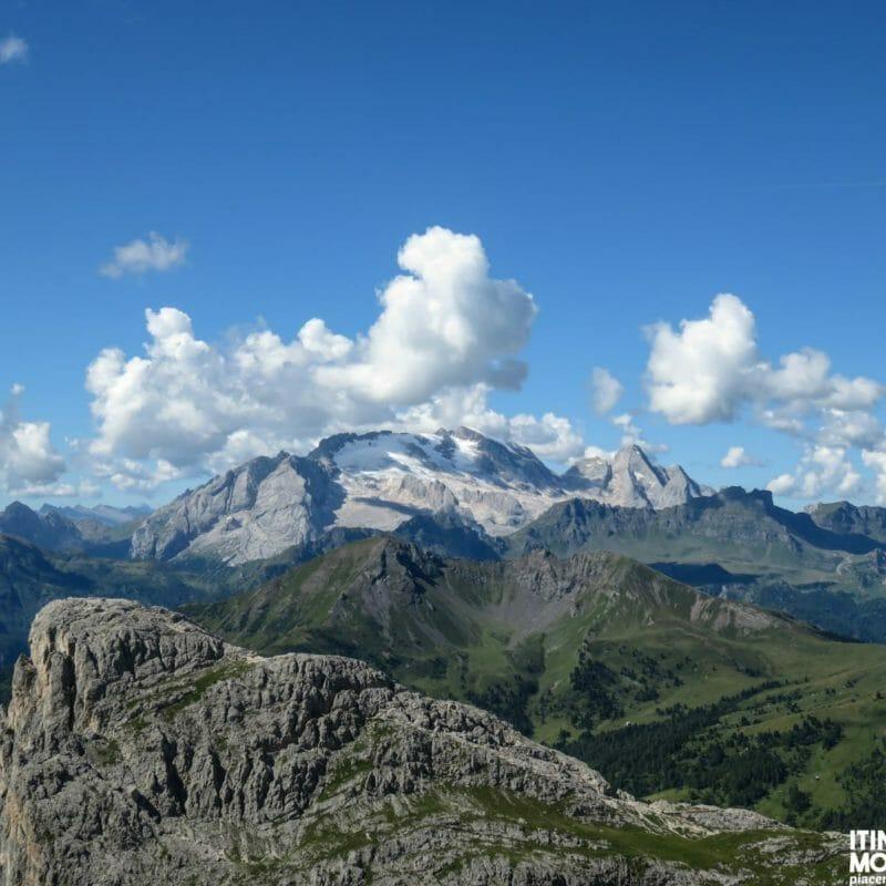 Uno zoom sulla famosissima Marmolada, sul gruppetto Col di Lana-Sief, situato proprio al di sotto di essa, e sul Sass de Stria, a sinistra e chiaramente più vicino.