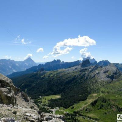 """Man mano che si sale per il sentiero attrezzato, lo stupendo panorama si apre anche sulle Dolomiti """"ampezzane"""" e """"zoldane"""": partendo da sinistra possiamo riconoscere l'Antelao, le Cinque Torri, il Croda da Lago, il Formin, l'Averau, il Pelmo e il Monte Cernera."""