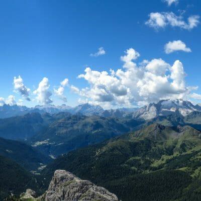 """La Cima Lagazuoi è caratterizzata da un panorama mozzafiato a 360°: con lo sguardo verso sud-ovest possiamo riconoscere, partendo da sinistra, gruppi montuosi assai """"importanti"""" come, quello del Civetta, delle Pale di San Martino, della Marmolada e del Sella."""