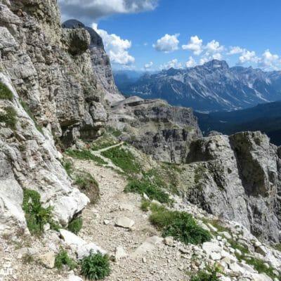 Dal Rifugio Lagazuoi, cominciano a scendere lungo il sentiero delle Gallerie Lagazuoi.