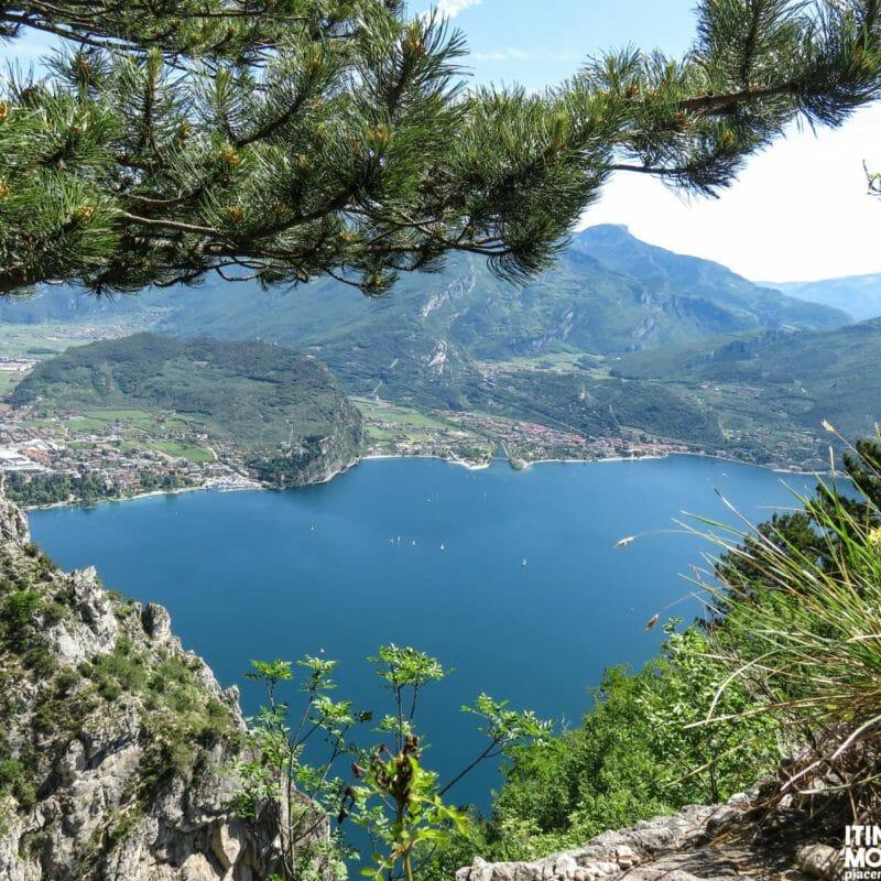 Scorcio sul Riva del Garda e sull'omonimo lago.