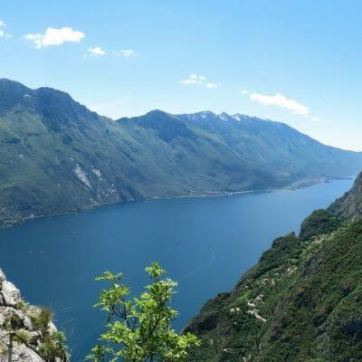 Splendida veduta sul Lago di Garda in prossimità della Cima Capi, incorniciata dal Monte Altissimo di Nago (sinistra) e dal gruppo del Monte Baldo.