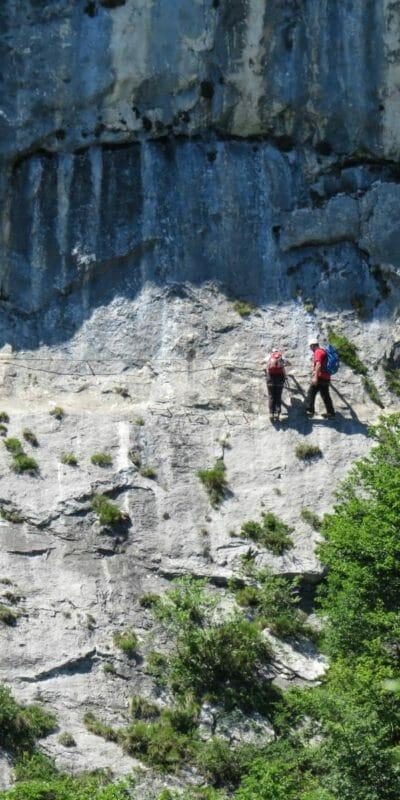 Uno zoom sul tratto esposto del sentiero Foletti, attrezzato con pioli metallici.