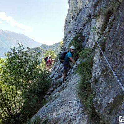 Uno dei diversi passaggi esposti presenti sul sentiero Foletti.