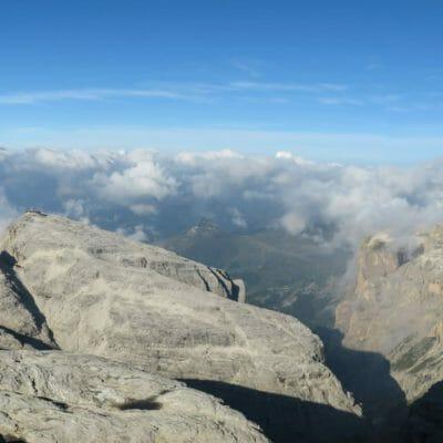 Panoramica dalla cima del Piz Boè sui gruppi montuosi del Latemar e del Catinaccio.