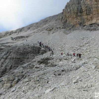 Dalla cima, scendiamo lungo il sentiero alpinistico 638.