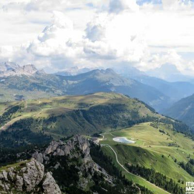 Dal Rifugio Kostner, le Dolomiti d'Ampezzo, dove possiamo individuare, partendo da sinistra, il Lagazuoi, il Settsass, l'Averau, il Nuvolau, il Col di Lana e il Monte Cernera.