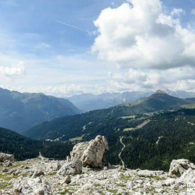 La Val di Fassa e il Gruppo del Catinaccio (nella parte destra).
