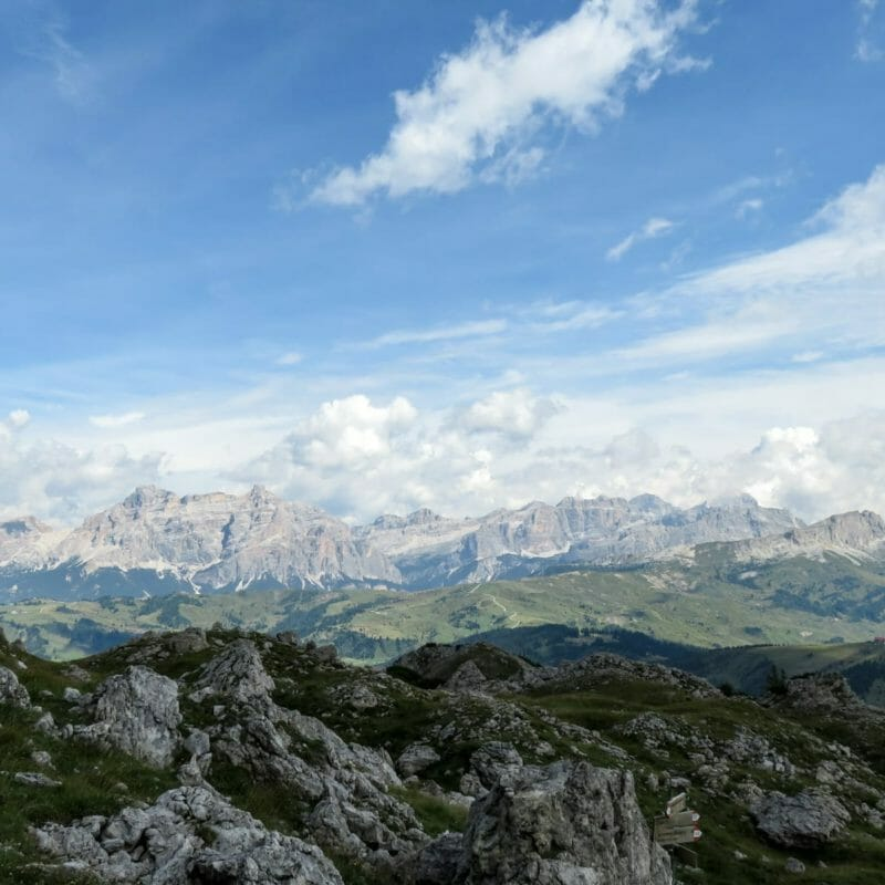 Sempre dal Rifugio Kostner, le Dolomiti Orientali di Badia e d'Ampezzo, dove riconosciamo, partendo da sinistra, il Piz dles Conturines, il Gruppo di Fanes, le Tofane, il Lagazuoi e il Settsass.