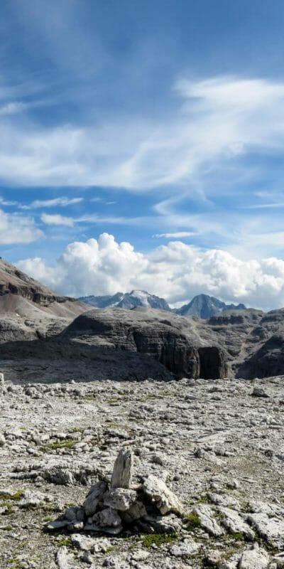 L'altipiano roccioso del Piz Boè e, più dietro, la Marmolada.