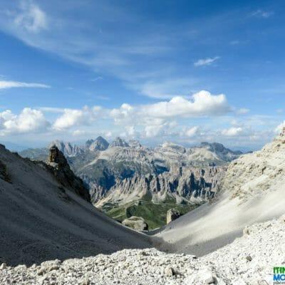 Panorama sul massiccio gruppo montuoso Puez-Odle; nel basso intravediamo il Passo Gardena.